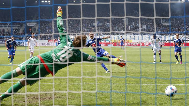 Jakob Jantscher bezwingt FCB-Goalie Germano Vailati vom Penaltypunkt zum 2:0