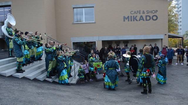 Die Fasnachtsclique Schwellbaumschränzer Windisch anlässlich der Mikado-Neueröffnung