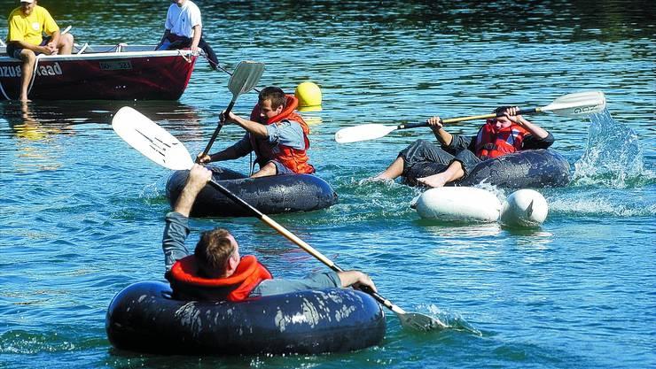 Kompromiss Das Rennen in Lastwagenschläuchen bot 2003 den Teilnehmern eine anspruchsvolle Aufgabe ohne Verletzungsgefahr. Das Löschboot sicherte sie gegen die Gefahren der Strömung in der Aare. (Hanspeter Bärtschi)
