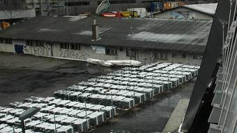 Wo ab 2014 Asylcontainer stehen sollen, lagert jetzt Valser Quarzit. mts