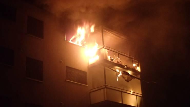 Zum Zeitpunkt des Brandausbruchs befand sich die 64-jährige Bewohnerin sowie ein 47-jähriger Mann und zwei Hunde in der Wohnung.