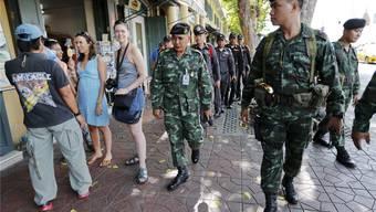 Soldaten neben Touristen in der thailändischen Hauptstadt Bangkok: Kann das Militär seine Macht über die Wahl retten? Reuters