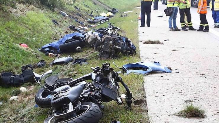 Bei einem tragischen Unfall auf der Autobahn 9 im deutschen Bundesland Thüringen starben vier Motorradfahrer. Ein Lieferwagen war ins Schleudern geraten und erfasste sie, als sie unter einer Brücke Schutz vor Starkregen suchten.