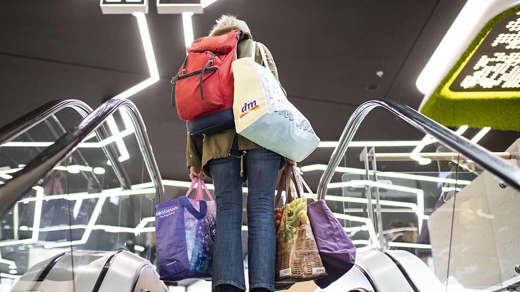 Einkaufen in grenznahen Gebieten in Deutschland - wie im Konstanzer Einkaufszentrum «Lago» auf dem Bild - soll auch für Menschen aus Schweizer Risikogebieten bald wieder ohne Coronatest und Quarantäne möglich sein. (Symbolbild)