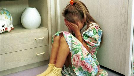 Missbrauchsvorwürfe eines Mädchens gegen ihren Vater werde untersucht. Gegen die Behörden liegen zudem mehrere Anzeigen vor. (Symboldbild)