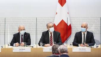 Mit Maske und durch Plexiglas getrennt: Die Kantonsvertreter Brutschin und Stocker treten mit den Bundesräten Maurer, Parmelin und Berset vor die Medien.