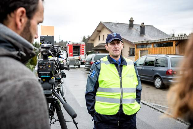 Kapo-Medienchef Roland Pfister informiert die Medien über die vier gefundenen Leichen im Wohnhaus.