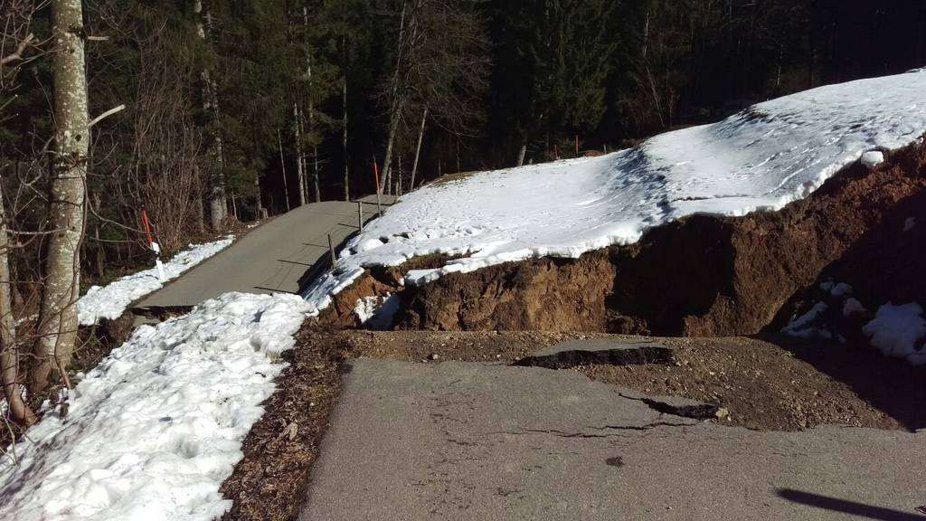 Seit dem Erdrutsch vor einer Woche hat sich die Erde weiter verschoben. (Bild: zVg)