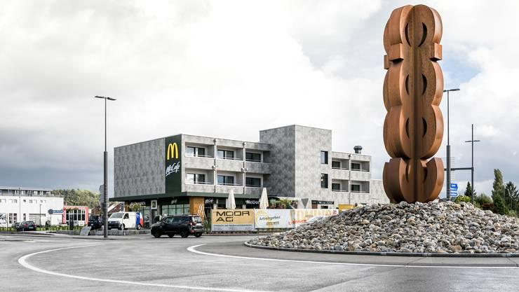 """Der 170. McDonald's in der Schweiz steht beim Schoren-Kreisel in Schafisheim. Über dem Restaurant hat es ein """"Anstatt""""-Hotel."""