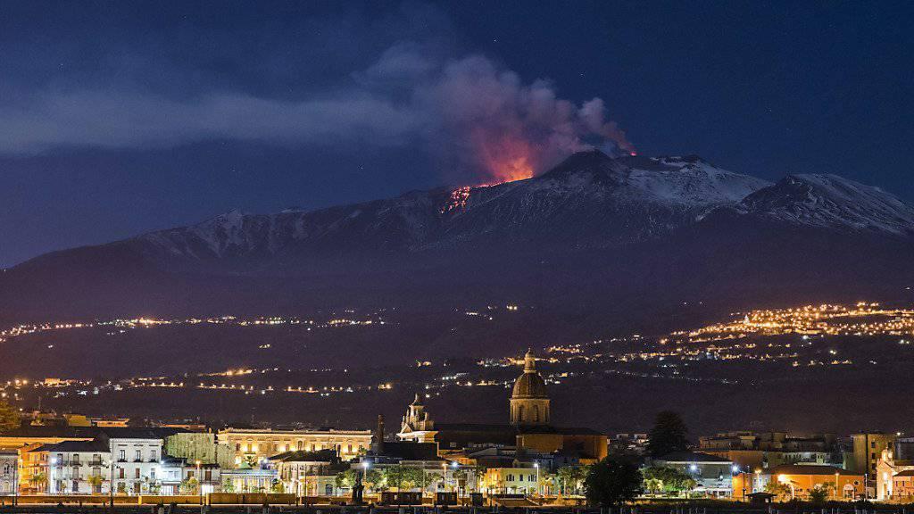 Er rumort wieder: Der Vulkan Ätna mit der Stadt Riposto auf Sizilien im Vordergrund. (Archivbild)
