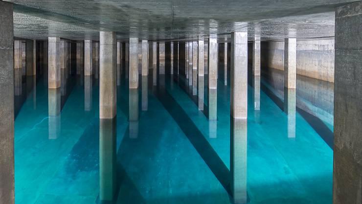 In der Schweiz soll auch künftig sauberes und gesundes Wasser aus dem Wasserhahn fliessen. Die Trinkwasser-Initiative fordert deshalb einen Verzicht der Landwirtschaft auf Pestizide und Antibiotika. Im Bild ein Reservoir der Wasserversorgung der Stadt Zürich. (Archivbild)