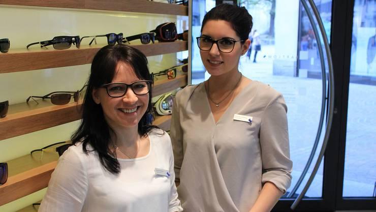 Würden einen Sonntagsverkauf im Mai oder Juni bevorzugen: Sandra Walter (links) und Tanja Kronenberg, Optikerinnen beim Brillenhändler Bartlomé.