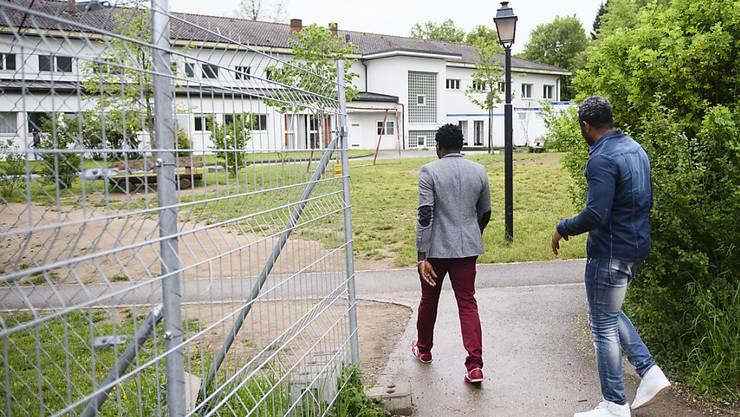 Aus Sicht der Gutachterinnen der Universität Zürich sind diese beiden Asylbewerber unverhältnismässig lange eingeschlossen: Zwei Asylsuchende kehren ins Bundesasylzentrum Perreux zurück. (Archiv)