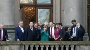 CDU, CSU, FDP und Grüne sind knapp vier Wochen nach der Bundestagswahl vorsichtig optimistisch in die erste grosse Sondierungsrunde für ein sogenanntes Jamaika-Bündnis gestartet. Unter Leitung von Kanzlerin Merkel sind über 50 Unterhändler beteiligt.