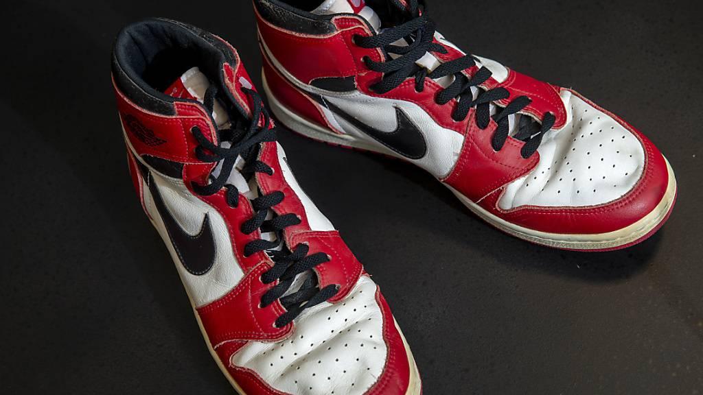 Waren einem Käufer fast 139'000 Franken wert: die Turnschuhe, die der frühere NBA-Star Michael Jordan 1985 in seiner aussergewöhnlichen ersten Saison bei den Chicago Bulls getragen hatte.