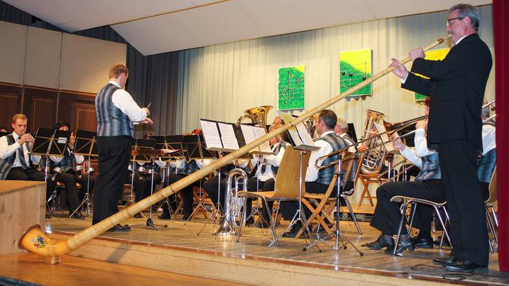 Dirigent Paul Stutz spielt Alphorn und erntet stehende Ovationen.