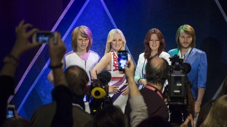 Seit der Trennung 1982 hat es immer wieder Gerüchte um eine Wiedervereinigung gegeben. Ein amerikanisches Konsortium soll ABBA im Jahr 2000 sogar eine Milliarde Dollar für eine Comeback-Tour offeriert haben. Alles wurde von den Mitgliedern immer wieder kategorisch abgelehnt. In diesem Frühling wurde aber bekannt gegeben, dass die vier Musiker doch wieder zusammengefunden haben. Das Kult-Quartett hat im Studio zwei neue Songs aufgenommen: «I Still Have Faith In You» und «Don't Shut Me Down». Sie sollen Ende Jahr erscheinen und in einem BBC-Special aufgeführt werden. Es ist die Pop-Sensation des Jahres. Doch eigentlich ist es nur ein halbes Comeback, denn auch in der Show werden die vier Ur-ABBA, die inzwischen zwischen 68 und 73 Jahre alt sind, nicht auftreten. In der Show und in der nachfolgenden Tour werden sie durch Avatare vertreten. Wie schon beim verstorbenen Michael Jackson sollen die Avatare aussehen wie die Musiker im Jahr 1979. Also jung, schön und attraktiv. Zu diesem Zweck sind die Körper der Musiker in ihrem heutigen Zustand vermessen worden. Der britische TV-Produzent Simon Fuller arbeitet seit zwei Jahren am Konzept. Alte Videos werden analysiert, um ihre Art, zu singen und zu tanzen, für die Projektionen möglichst realistisch nachbilden zu können. Aus dem Mund der Avatare kommen die Stimmen der richtigen, realen Sänger. Es wird davon ausgegangen, dass die neuen technischen Möglichkeiten der Hauptgrund für das Comeback gewesen sind. (sk)