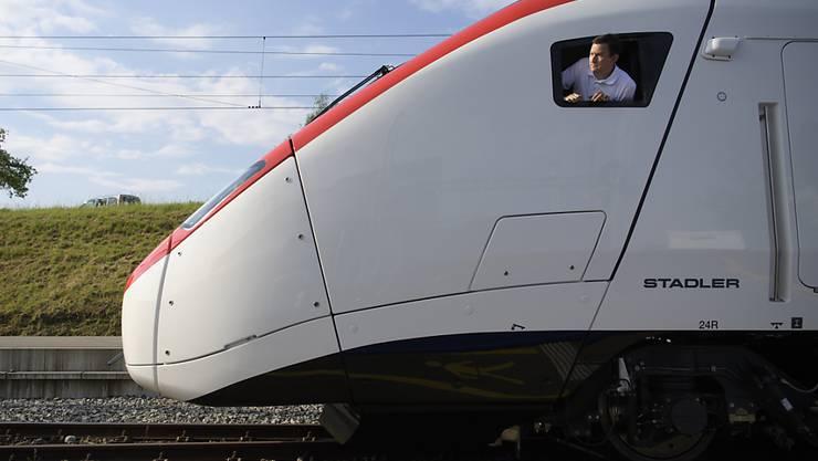 """Der neue Hochgeschwindigkeitszug """"Giruno"""" der Stadler Rail am Donnerstag in Bussnag kurz vor dem Roll-Out."""
