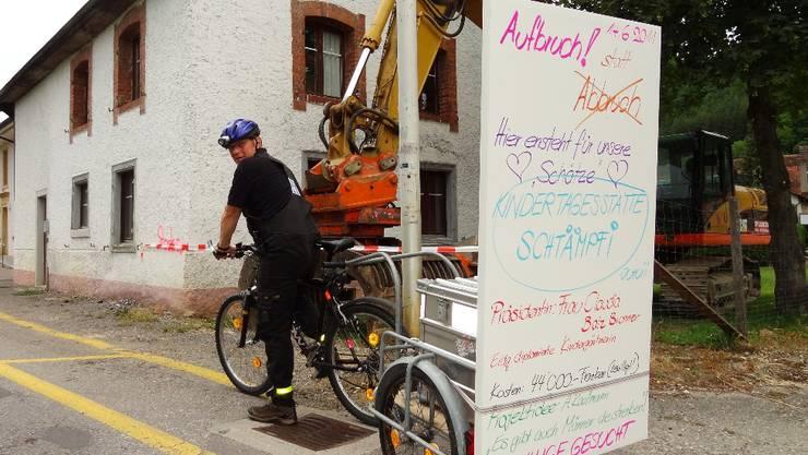 André Kaufmann gestern Dienstag mit seiner Plakataktion vor dem Hornusser Stempfelhaus.  chr