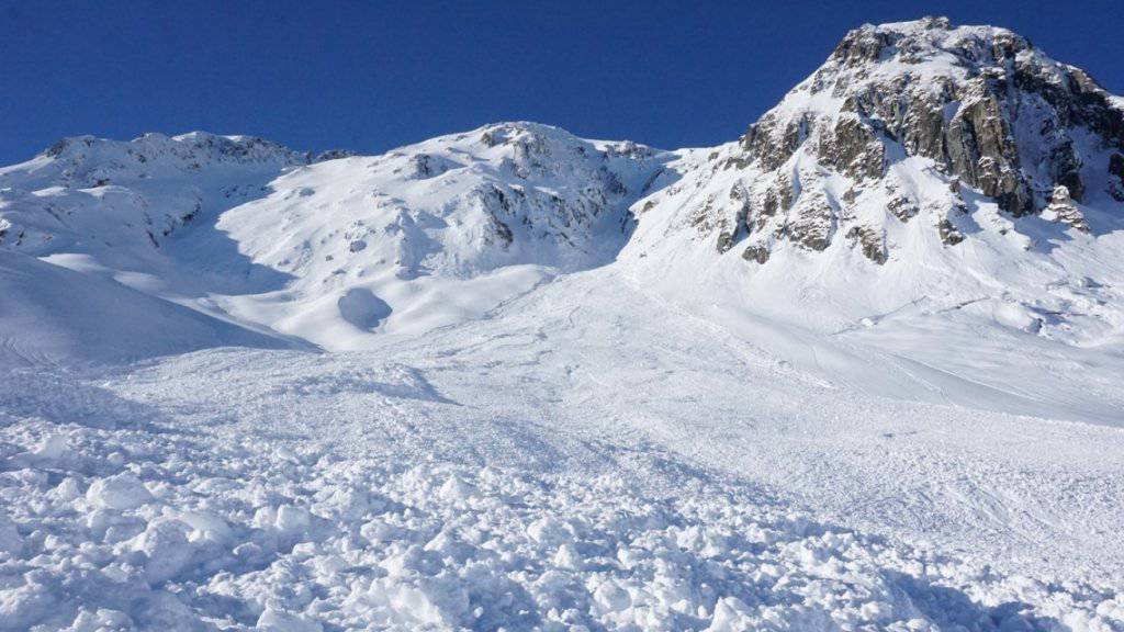 Diese Lawine riss zwei Wintersportler aus Deutschland mit. Eine 35-jährige Frau befindet sich in einem kritischen Gesundheitszustand.