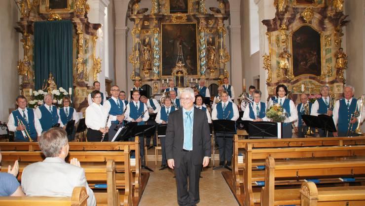 Die Musikanten und Musikantinnen der Musikgesellschaft Fridau und ihr Dirigent Erich Hess anlässlich ihres Frühlings-Konzertes in der St. Martinskirche in Egerkingen.