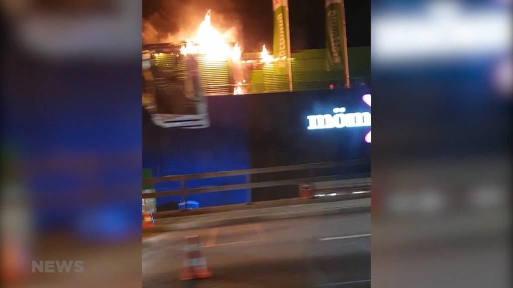 Brand auf Dach von Möbelgeschäft Moemax bei Schönbühl