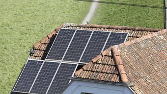 Der Bund will die Subventionen für kleine Solaranlagen auf privaten Hausdächern erhöhen. (Archivbild)