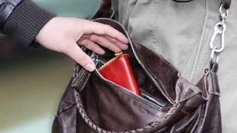 In Stein AG ist einer 87-Jährigen das Portemonnaie aus der Handtasche geklaut worden. (Symbolbild).