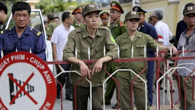 Polizisten vor der chinesischen Botschaft in Hanoi