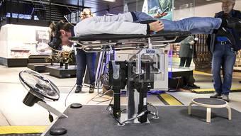 Skeletonfahrer und dreifacher Weltmeister Gregor Stähli testet den Skeleton-Simulator an der Eröffnung der Bob-Tage im Verkehrshaus in Luzern.