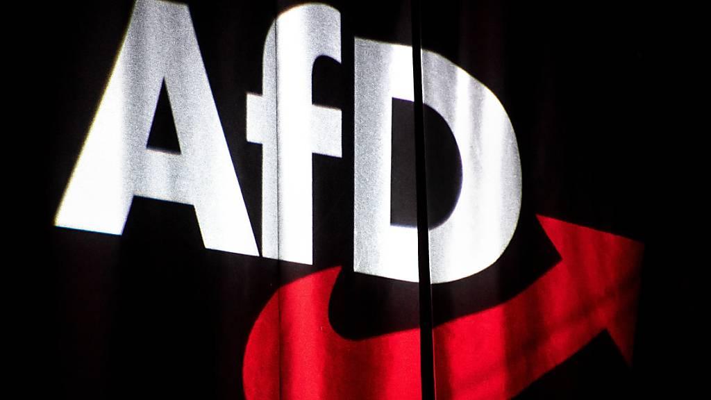 Das Logo der AfD wird beim Bundesparteitag auf einen Vorhang projeziert. Das Bundesamt für Verfassungsschutz hat die gesamte AfD als rechtsextremistischen Verdachtsfall eingestuft.
