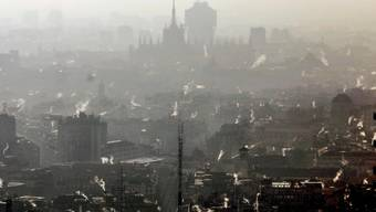 Jetzt soll das Rauchen bei Bushaltestellen verboten werden: Die Stadt Mailand im winterlichen Smog.