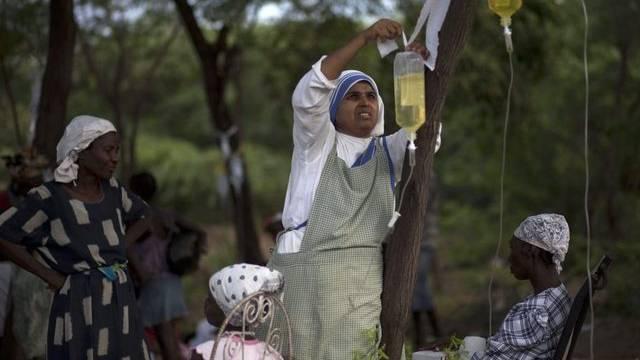 Eine Nonne in einer Mission in Robine, Haiti, versorgt Patienten unter freiem Himmel