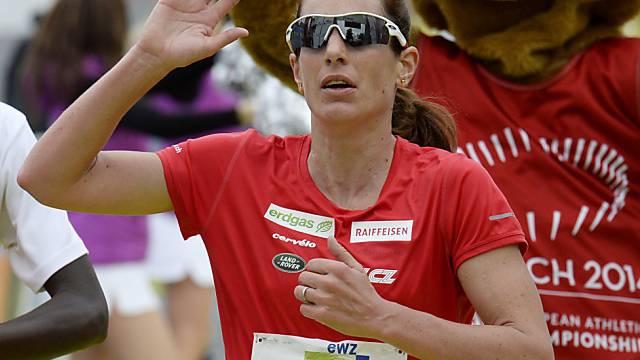 Nicola Spirig kommt beim Zürich Marathon 2014 ausgepumpt ins Ziel