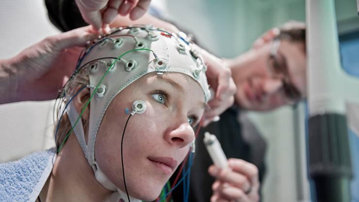 Mittels Elektroenzephalogramm (EEG) massen Berner Forschende die Hirnaktivität während eines Assoziationstests.