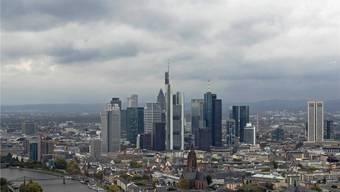 Die Deutsche Bank ist das grösste Finanzinstitut des Landes. Der Hauptsitz ist in Frankfurt a. Main. In der Abbildung der Finanzdistrikt, in Anlehnung an Manhattan «Mainhattan» genannt. Jens Meyer/Keystone