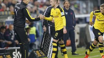 Dortmunds Coach Thomas Tuchel klatscht Marco Reus ab
