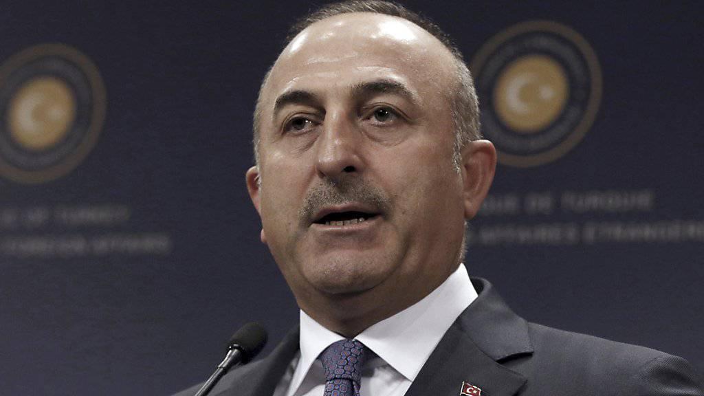 Aussenminister Cavusoglu bestätigte entsprechende Medienberichte, dass den Behörden die Identität des mutmasslichen Angreifers auf einen Istanbuler Club bekannt ist. Details nannte er keine.
