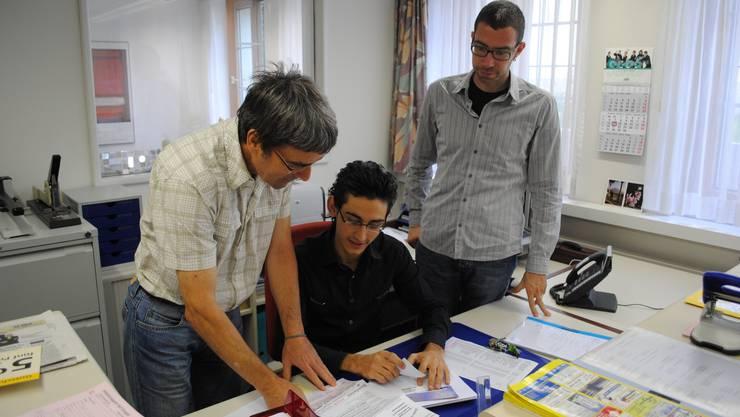 Zwei Lehrmeister: Jürg Looser (links) übernimmt die fachliche Ausbildung von Haci Köse (Mittel), Christoph Meier-Krebs ist sein Berufsbildner.