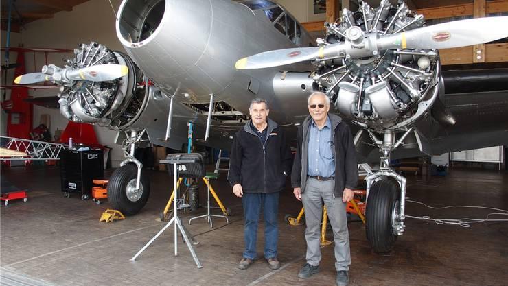 Max Vogelsang (rechts) und Ruedi Vogelsang führen die letzten Restaurierungsarbeiten an der Beech 18 aus.