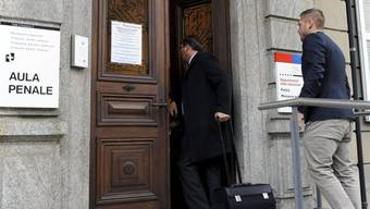 Einer der Angeklagten (r) mit seinem Anwalt vor dem Gericht in Bellinzona (Archiv)