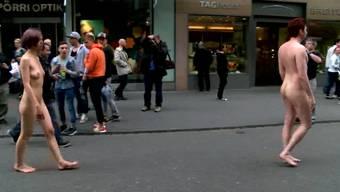 Künstler spazieren splitternackt durch die Innenstadt Biels.
