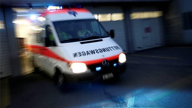Zwei Personen wurden dabei verletzt und mussten mit Rettungswagen ins Spital gefahren werden. (Symbolbild)