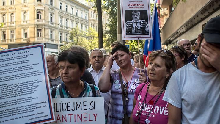 Heftige Proteste gegen den tschechischen Ministerpräsidenten Andrej Babis am 50. Jahrestag des Einmarschs von Warschau-Pakt-Truppen in Prag.