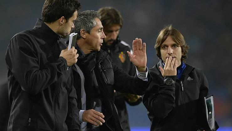 Paulo Sousa diskutiert mit seinem Trainerteam.