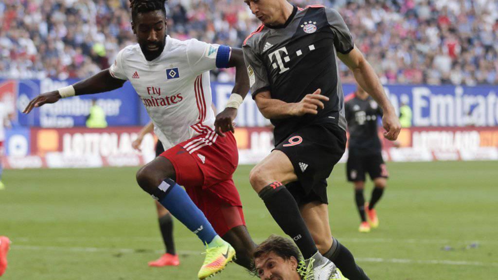 Johan Djourou (links), hier beim Bundesligaspiel gegen Bayern München Ende September, ist beim Hamburger SV seine Captainbinde los