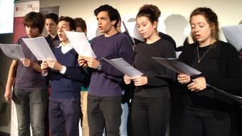 Schülerinnen und Schüler der Klasse 3b am Leonhard Gymnasium singen das Suffragettenlied «March of the Women» von Ethel Smyth.