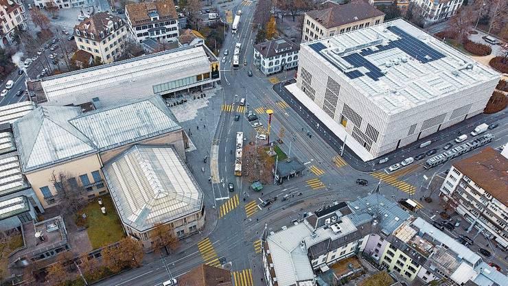 Der Neubau (rechts) ist durch den Heimplatz von den übrigen Gebäuden des Kunsthauses getrennt. Ein unterirdischer Gang stellt eine Verbindung her.