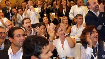 Erster verhaltener Jubel bei den Anhängern der konservativen Regierungspartei in Portugal: Laut Prognosen behalten sie im Parlament die absolute Mehrheit.