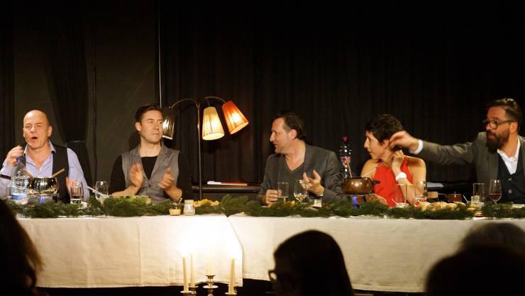 Ein Weihnachtsfest der anderen Art (von links): Pedro Lenz, Urs Augstburger, Sven Furrer, Robbie Caruso, Monika Schärer, und Hendrix Ackle.